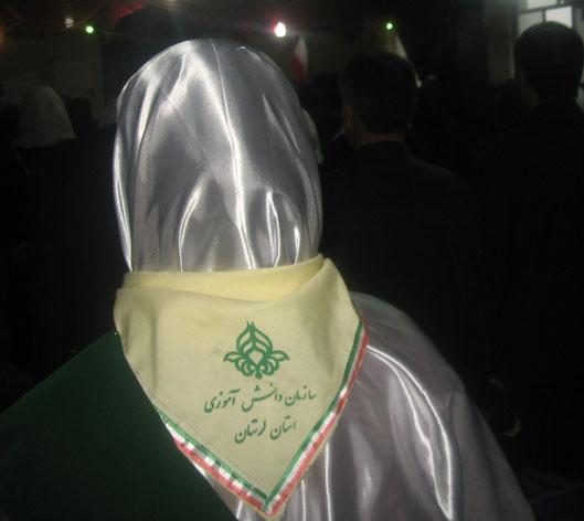 نماد تشكيلاتي پيشتازان و فرزانگان دستمال گردن است.